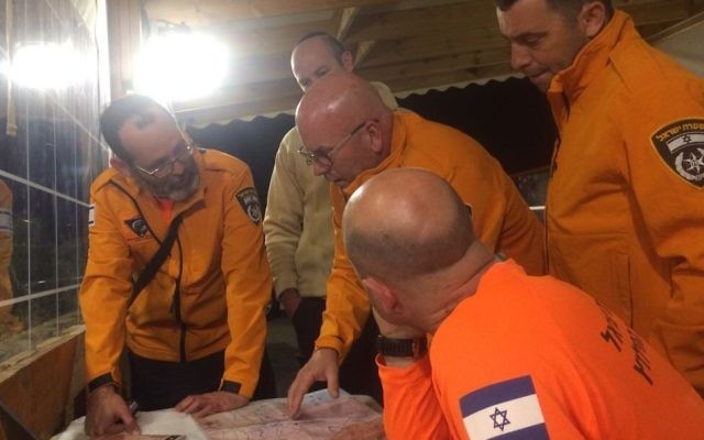 Police coordinate search and rescue efforts for a hiker who went missing in Wadi Og on April 19, 2017. (Nitai Reich)
