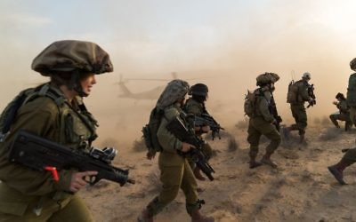 Illustrative: Male and female combat soldiers of the Caracal Battalion train to fight an Islamic State assault on southern Israel in late March 2017. (IDF Spokesperson's Unit)