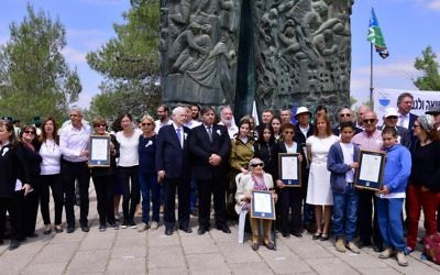 Danny Atar, KKL/JNF World Chairman (center), and Dr. Haim V. Katz, Chairman of the B'nai B'rith World Center along the Jewish rescuers and their families at the B'nai B'rith Martyr's Forest 'Scroll of Fire' Plaza on April 24, 2017. (Rafi Ben Hakoon)