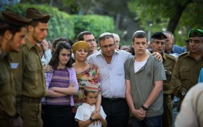 The family of slain soldier Sgt. Elchai Taharlev at Mt Herzl, in Jerusalem on April 06, 2017. (FLASH90)