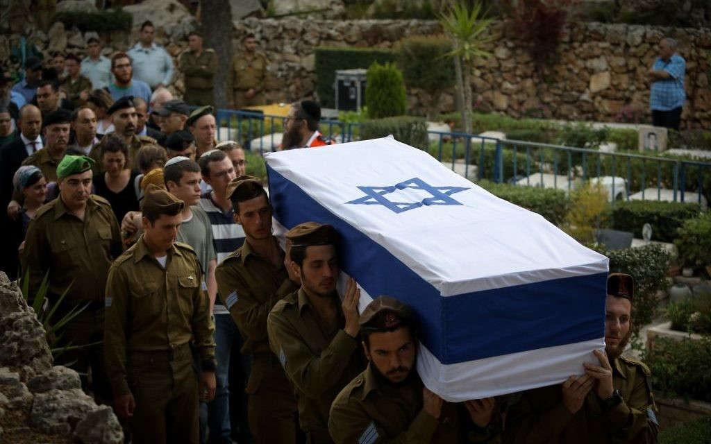 Hundreds attend the funeral of 20-year old Israeli soldier Sgt. Elchai Taharlev at Mt. Herzl, in Jerusalem on April 6, 2017. (Flash90)