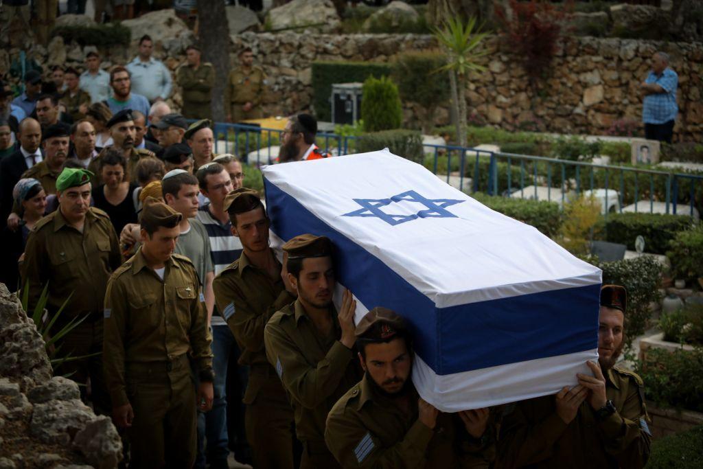 Hundreds attend the funeral of 20-year old Israeli soldier Sgt. Elchai Taharlev at Mt. Herzl, in Jerusalem on April 6, 2017. (Flash90)