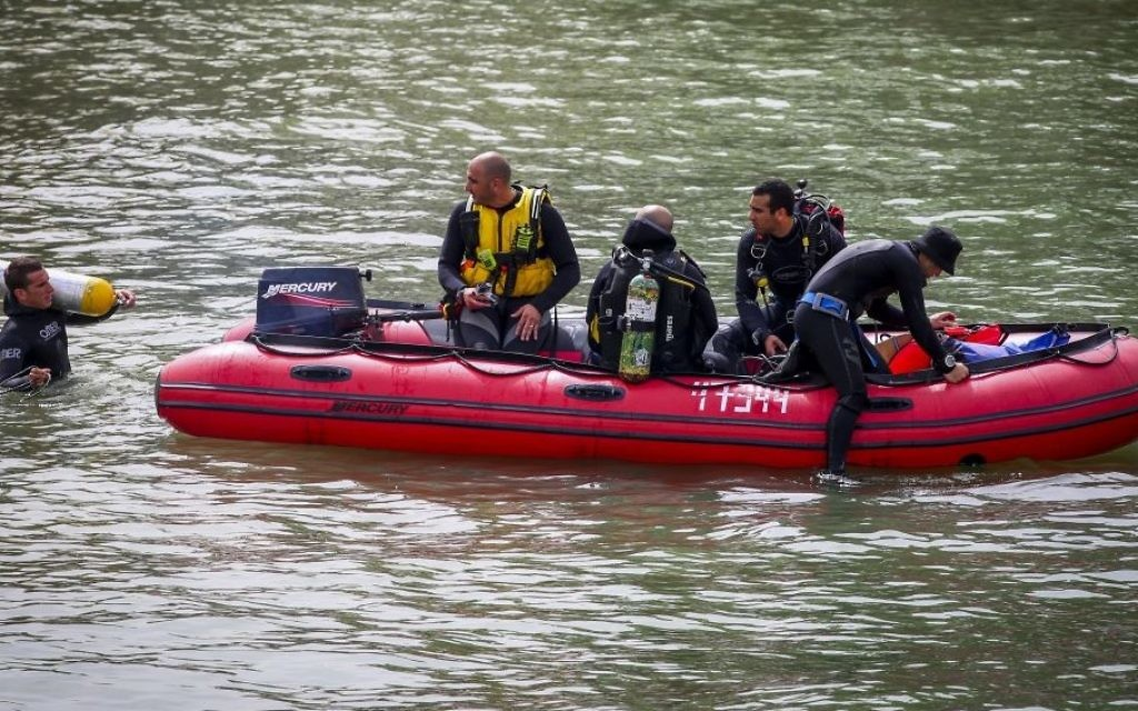 Rescue services search for three young men who went missing days earlier in the Sea of Galilee in northern Israel, April 13, 2017. (Yaakov Lederman/Flash90)