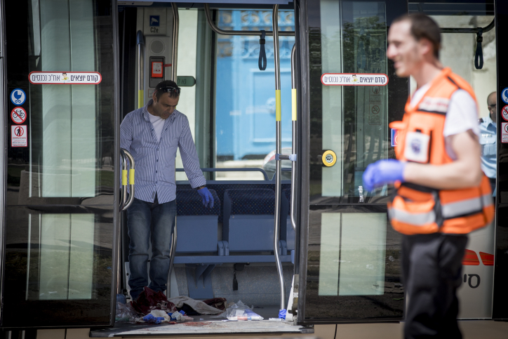 Police collect evidence at the scene of a stabbing attack on the Jerusalem light rail near IDF Square in the capital on April 14, 2017. (Yonatan Sindel/FLASH90)