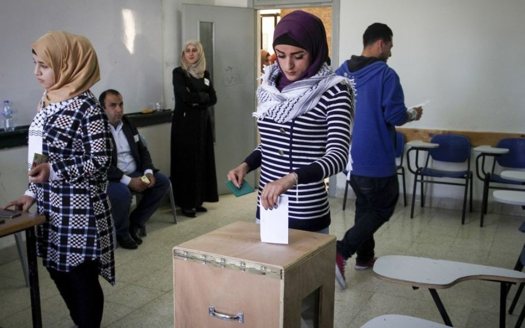 Palestinian students vote in student council elections at An-Najjah University in the West Bank city of Nablus on April 18, 2017. (Nasser Ishtayeh/Flash90)