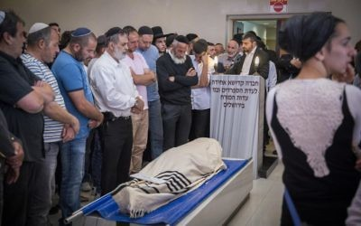 Friends and family of Nahman Itah, 21, mourn during his funeral in Jerusalem, April 18, 2017. (Yonatan Sindel/Flash90)