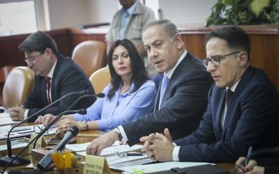 Prime Minister Benjamin Netanyahu leads the weekly cabinet meeting at the Prime Minister Office in Jerusalem, April 23, 2017. (Alex Kolomoisky/Pool)