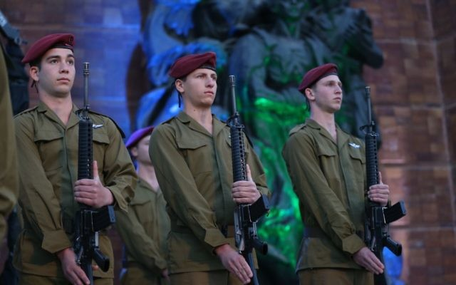 Israeli soldiers stand below a monument at a ceremony held at the Yad Vashem Holocaust Memorial Museum in Jerusalem, as Israel marks annual Holocaust Remembrance Day, April 23, 2017. (Yonatan Sindel/Flash90)