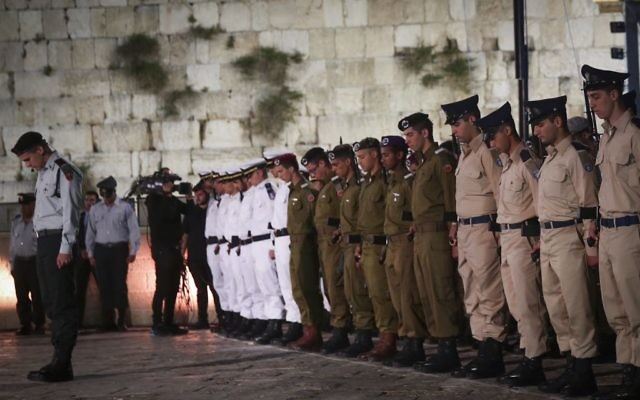 Israeli soldiers stand at attention and bow their heads as a siren is heard to mark a minute of silence during a Memorial Day ceremony at the Western Wall, in Jerusalem's Old City, April 30, 2017. (Hadas Parush/Flash90)