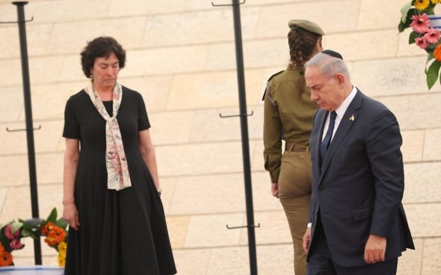 Prime Minister Benjamin Netanyahu, right, at a ceremony marking Memorial Day for Israel's fallen soldiers and victims of terror, at Yad LeBanim in Jerusalem, April 30, 2017. (Yonatan Sindel)