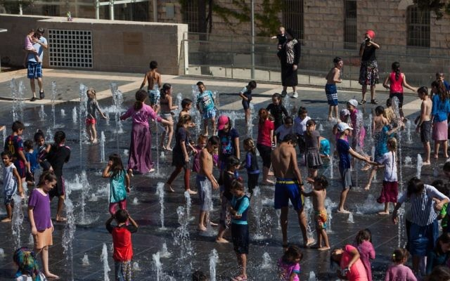 Children play in the fountains at Teddy Kollek Park in Jerusalem  on July 26, 2016 (Zack Wajsgras/Flash90)