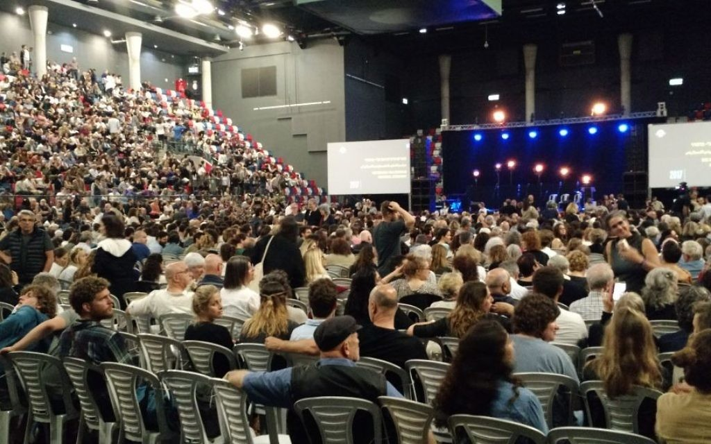 3,000 Israelis attend a joint Israeli-Palestinian Memorial Day ceremony at the Shlomo Group Arena in Tel Aviv after the Palestinian participants were banned by Israeli authorities on April 30, 2017. (Judah Ari Gross/Times of Israel)