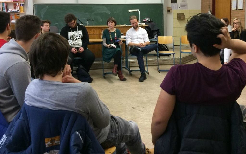 Mascha Schmerling and Monty Ott from the 'Rent a Jew' project meet with students at the Technisches Berufskolleg Solingen, Germany, November 2016. (Kate Brady/DW.com)