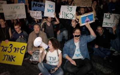 Israelis and workers of the new broadcasting corporation protest against the intention to dismantle the news department of the new entity and rehabilitate the existing Israel Broadcasting Authority, in Tel Aviv on April 1, 2017. (Tomer Neuberg/Flash90)