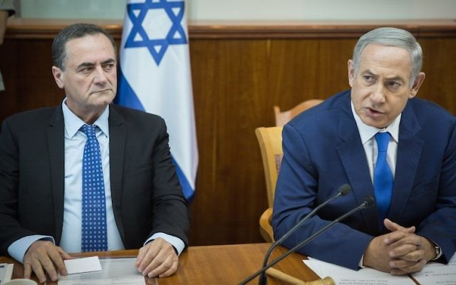 Prime Minister Benjamin Netanyahu seen next to Transportation Minister Israel Katz at the weekly cabinet meeting at Netanyahu's office in Jerusalem on September 4, 2016. (Hadas Parush/Flash90)