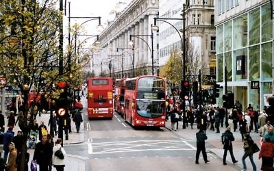 The view west along Oxford Street, December 2006 (Public domain, Wikimedia commons)