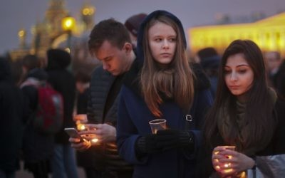 Young people hold candles as they gather to honor the memory of the victims of subway bombing on Marsovo Polye in St. Petersburg, Russia, Wednesday, April 5, 2017. (AP/Yevgeny Kurskov)