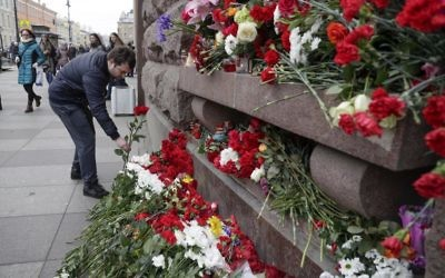 A man lays flowers at a symbolic memorial outside the Tekhnologichesky Institute subway station in St. Petersburg, Russia, April 4, 2017. (AP/Dmitri Lovetsky)