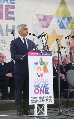 Sadiq Khan addressing attendees at a Yom Hashoah ceremony on April 23, 2017. (Courtesy)
