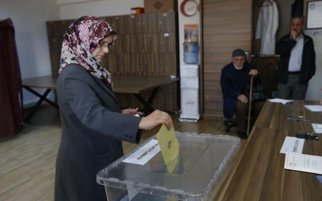 A woman casts a ballot inside a polling station in Istanbul, Turkey, April 16, 2017. (AP/Lefteris Pitarakis)