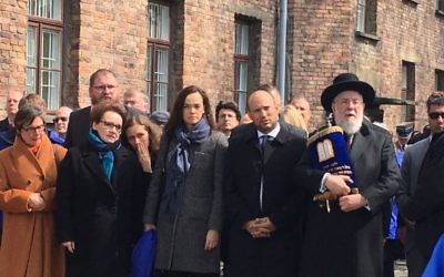 Rabbi Yisrael Meir Lau (r), Education Minister Naftali Bennett (2r) join participants in the March of the Living in Auschwitz concentration camp, April 24, 2017 (Courtesy)