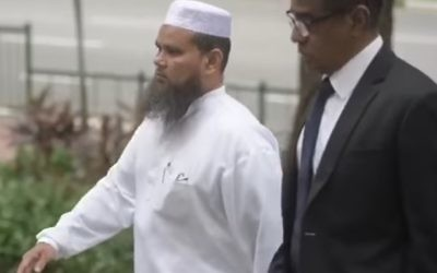 Imam Nalla Mohamed Abdul (L) Jameel arrives at court with his lawyer in Singapore, April 2017 (YouTube screenshot)