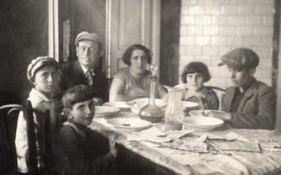 Rachel and Yitzhak Gachtmann's family on Passover, Janov, Poland, Prewar (Courtesy Yad Vashem Photo Archives 5573/5)