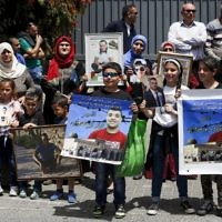 Families of Palestinians imprisoned in Israeli jails demonstrate in front of the European Union offices in East Jerusalem, April 27, 2017. (AFP/AHMAD GHARABLI)