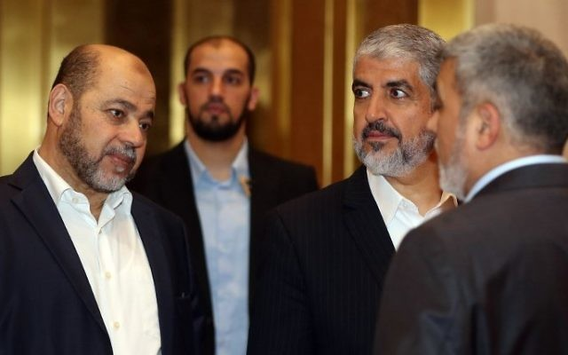 Exiled chief of Hamas' political bureau Khaled Meshaal (2nd-R) speaks with Hamas deputy leader Musa Abu Marzuk (L) ahead of their conference in the Qatari capital, Doha on May 1, 2017 (AFP PHOTO / KARIM JAAFAR)