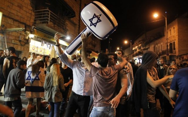 Israeli youths dance as they celebrate all night long Israel's 69th Independence Day in the Mahane Yehuda market at the center of Jerusalem on May 2, 2017. (AFP PHOTO / MENAHEM KAHANA)