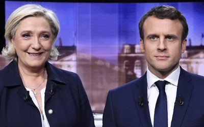 French presidential election candidate for the far-right Front National (FN) party, Marine Le Pen (L) and French presidential election candidate for the En Marche ! movement, Emmanuel Macron pose prior to the start of a live brodcast face-to-face televised debate, on May 3, 2017 (AFP PHOTO / POOL / Eric FEFERBERG)