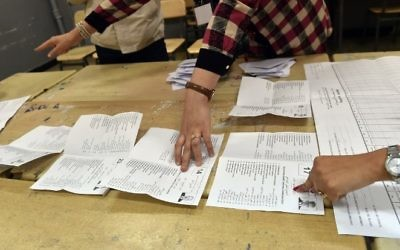 Scrutineers count votes at the end of the Algerian parliamentary elections late on May 4, 2017, in the capital Algiers. (AFP/Ryad Kramdi)