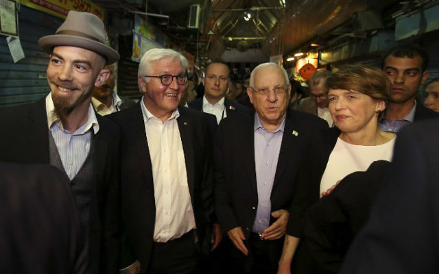 President Reuven Rivlin, second right, his German counterpart Frank-Walter Steinmeier, second left, with his wife Elke Budenbender, right, visit the trendy outdoor Mahane Yehuda Market at night on May 6, 2017 in Jerusalem. (Gali Tibbon/AFP)