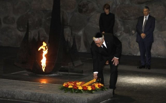German President Frank-Walter Steinmeier lays a wreath at Yad Vashem's Hall of Remembrance in Jerusalem on May 7, 2017. (AFP Photo/Menahem Kahana)