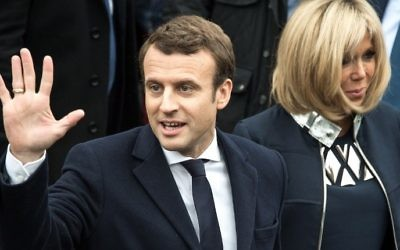 French presidential election candidate for the En Marche movement Emmanuel Macron waves to supporters next to his wife Brigitte Trogneux, in Le Touquet, northern France, May 7, 2017. (AFP/ PHILIPPE HUGUEN)