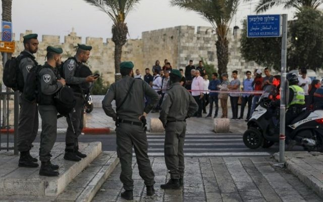 Illustrative: Israeli border guards secure the scene of a reported stabbing attack carried out by a Palestinian girl at Damascus Gate, a main entrance to Jerusalem's Old City, on May 7, 2017. (Menahem Kahana/AFP PHOTO)