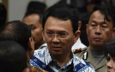 Jakarta's Christian governor Basuki Tjahaja Purnama (C), popularly known as Ahok, speaks to his lawyers after judges delivered their sentence during the verdict in his blasphemy trial in Jakarta on May 9, 2017. (AFP PHOTO / POOL / BAY ISMOYO)