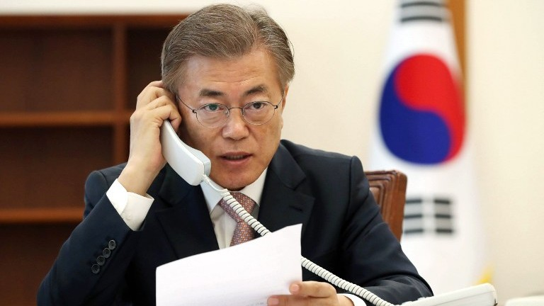 South Korea's new President Moon Jae-In talks over the telephone with Chinese leader Xi Jinping at the presidential Blue House in Seoul on May 11, 2017. (AFP Photo/YONHAP /str)