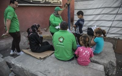 Members of Egypt's Social Solidarity Ministry 'Children Without Shelter' program train homeless children in first aid in Cairo's low-income district of Sayeda Zeinab, May 11, 2017. (AFP/KHALED )