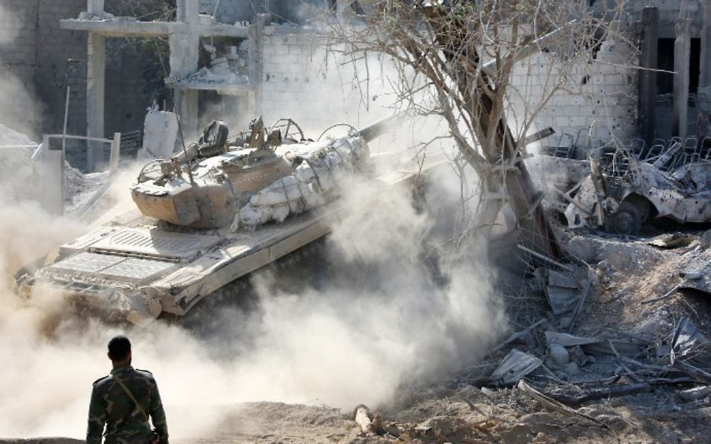 Syrian pro-government forces maneuver a tank, as they advance through Qaboun district, on the outskirts of the capital Damascus, on May 13, 2017, during an offensive to retake the area from opposition fighters. (AFP PHOTO / STRINGER)