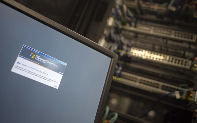 A computer running a Windows Server is seen connected into a network server in an office building in Washington, DC on May 13, 2017.  (AFP/Andrew CABALLERO-REYNOLDS)