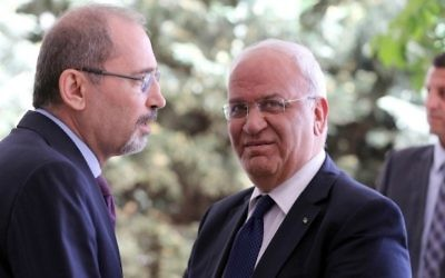 Palestinian chief negotiator and Secretary General of the Palestine Liberation Organization (PLO) Saeb Erekat (R) is greeted by Jordanian Foreign Minister Ayman al-Safadi upon his arrival at the Foreign Ministry in the Jordanian capital Amman on May 14, 2017. (AFP PHOTO / Khalil MAZRAAWI)