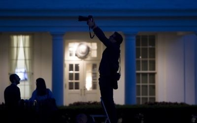 Reporters and photographers work outside of the West Wing of the White House at dusk in Washington, DC, May 15, 2017. (AFP/ SAUL LOEB)