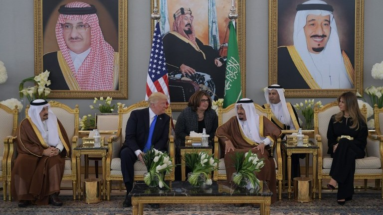US President Donald Trump (C-L) and Saudi Arabia's King Salman bin Abdulaziz al-Saud (C-R) stop for coffee, in the presence of First Lady Melania Trump (R), in the terminal of King Khalid International Airport in Riyadh on May 20, 2017. (AFP Photo/Mandel Ngan)