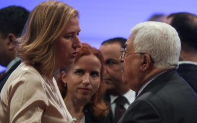 Zionist Union MK Tzipi Livni (L) speaks with Palestinian Authority President  Mahmoud Abbas during the opening session of the World Economic Forum held in the Dead Sea resort of Shuneh in Jordan on May 20, 2017. (AFP Photo/Khalil Mazraawi)