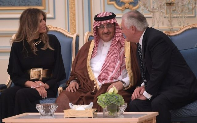 US First Lady Melania Trump (L) and US Secretary of State Rex Tillerson (R) chat with Saudi Minister of Interior, Muhammad bin Nayef Abdulaziz, at the Saudi Royal Court in Riyadh, May 20, 2017. (MANDEL NGAN / AFP)