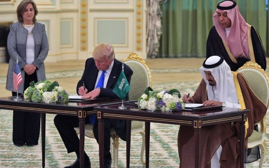 US President Donald Trump, left, and Saudi Arabia's King Salman bin Abdulaziz al-Saud take part in a signing ceremony at the Saudi Royal Court in Riyadh on May 20, 2017. (AFP/Mandel Ngan)