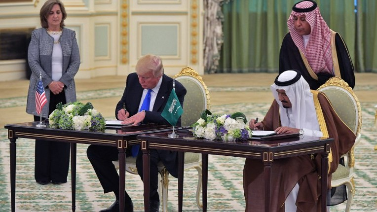 US President Donald Trump, left, and Saudi Arabia's King Salman bin Abdulaziz al-Saud take part in a signing ceremony at the Saudi Royal Court in Riyadh on May 20, 2017. ( AFP / MANDEL NGAN)