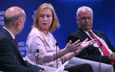 Former Israeli foreign minister Tzipi Livni and senior Palestinian official Saeb Erekat attend the World Economic Forum held in the Dead Sea resort of Shuneh, west of the Jordanian capital Amman, on May 20, 2017. (AFP Khalil Mazraawi)