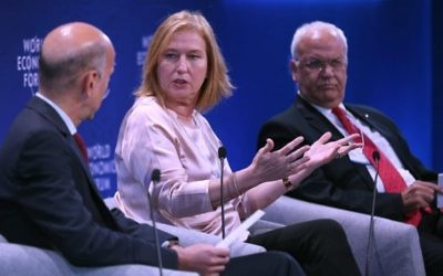 Former Israeli foreign minister Tzipi Livni (c) and Senior Palestinian official Saeb Erekat (r) attend the World Economic Forum held in the Dead Sea resort of Shuneh, west of the Jordanian capital Amman, on May 20, 2017. (AFP PHOTO / khalil mazraawi)